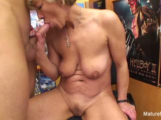 性感 金发 成熟 fucks 他 在 该 视频 店: 高清晰度 色情 e4