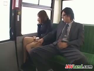 ญี่ปุ่น หญิง การดูด ควย ใน the รถบัส