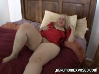 Mature whale orgasms on bed