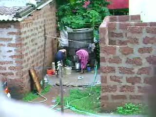 Megnéz ezt two forró sri lankan hölgy getting bath -ban szabadban