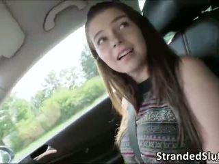 Super karstās seksuālā krūtainas pusaudze missed a autobuss līdz viņai māte gets rescued līdz a stranger