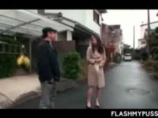 淫乱な女 アジアの tramp 小便 アウトドア と flashing 大きい ティッツ