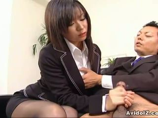 セクシー 秘書 satomi maeno sucks an 醜い ディック!