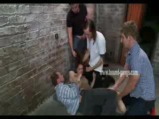 Brun haired och undergiven doll gets brutally handled av en bunch av kåta men