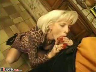 Gorące mama seduces i fucks to chłopak