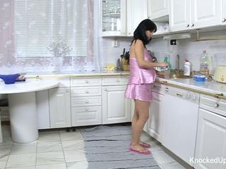 Gražu & nėštumas mažutė fucks į the virtuvė