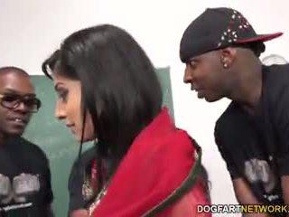 Nadia ali learns a trattare un bunch di nero cocks