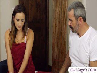 Sexy cliente ashley adams fica banged da arrapato masseur