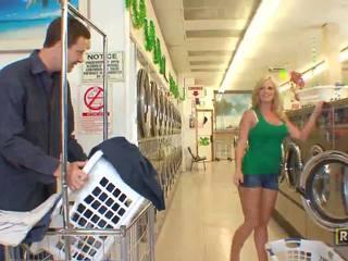 Superb seksowne blondynka laska z naturalny duży cycki doing robienie loda w the washing sklep