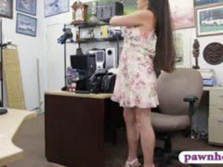 Ex השתלטנית pawns שלה equipment ו - nailed ב the חדר האחורי
