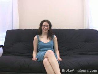 Nešvankus brunetė mėgėjiškas su akiniai ir plaukuotas vag does čiulpimas