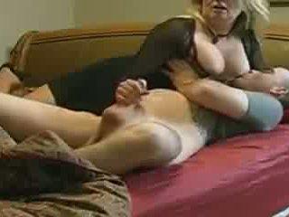 媽媽 helps 不 她的 stepson 在 床