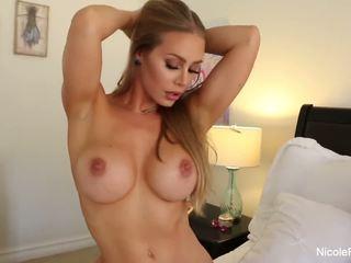 Nicole aniston uses viņai gaismas signāls par a grūti dzimumloceklis