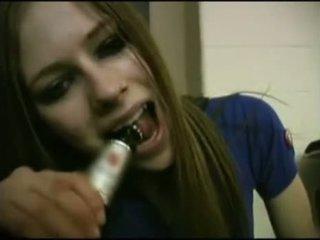 Avril lavigne flashing บรา.