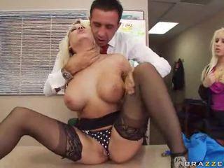 Sexy hawt rondborstig pornoster geboord hardcore