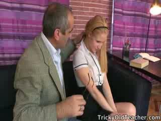 Χαριτωμένο μωρό oksana gets μερικοί discipline από ο δάσκαλος