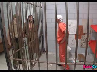 Dia lalu potongan dari alat kemaluan wanita di rumah tahanan, gratis porno 2d