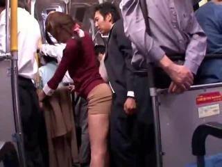 Jovem collegegirl reluctant público autocarro orgasmo