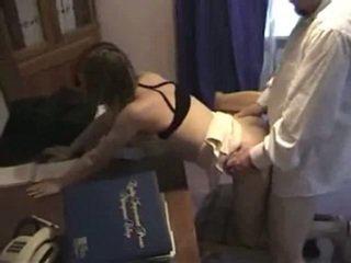 Eski adam boşalma duş fucks onun tüylü eller employee