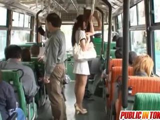 Yuu asakura con un polla en la autobús