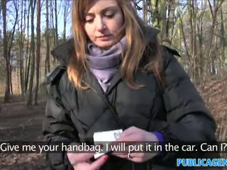Publicagent sales dame has seks in een bos