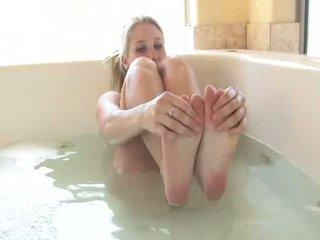 Alanna 見事な ブロンド ベイブ 再生 とともに 彼女自身 で ザ· tub
