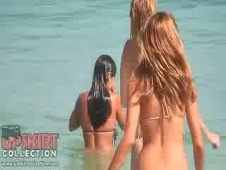 Die cutie dolls im sexy bikinis are spielend mit die waves und getting spied auf