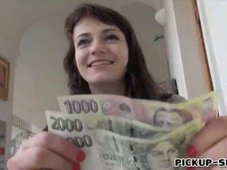 Eurobabe aimee ryan flashes su pequeño tetitas y follada para efectivo