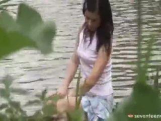Wettelijk leeftijd teenagerage meisje binnenin de boot