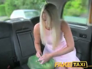 Faketaxi helpful cab driver gives seksi blondinke a kremna pita na zadnji sedež