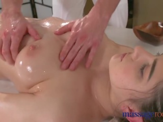 Massaž rooms gyzykly brunet has squirting orgazm before good sikiş