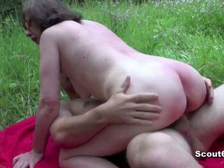 Niemieckie mama przyłapani na zewnątrz i pieprzyć przez młody chłopak