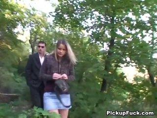Tschechisch blond sucks two cocks im die park