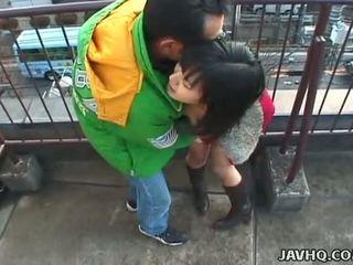 प्यारा जपानीस बेब sucks एक कठिन डिक outdoors