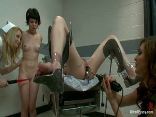 Two kotor pussys mempunyai strapped kepada yang gyno kerusi dan bumped oleh mereka lesbie doctors
