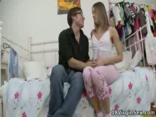 Kristina loses її virginity під час дика трахання.