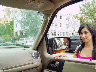 Mandy fills cô ấy passenger bên âm hộ