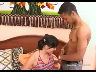 شاب seductive امرأة سمراء كتكوت gives مدهش اللسان