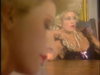 Tiga victorian lesbian di crotchless stoking dan pelayan hotel
