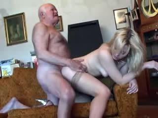 I vjetër gjyshi fucks i ri bjonde