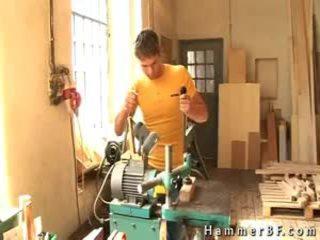 Two maszyna workers zrobienie na zewnątrz przez hammerbf