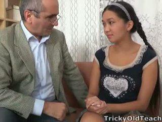 Tricky стар perv lecturer persuades азиатки cutie към гълтане негов мощност tool
