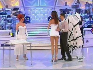 Alessia fabiani chaud sous la jupe sur vivre tv - blanc pan