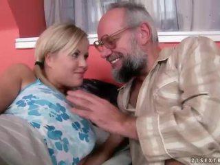 Dědeček a dospívající having zábava a horký pohlaví