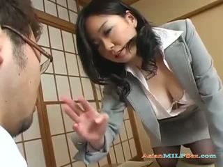 Rondborstig aziatisch milf gets haar groot tieten en poesje licked