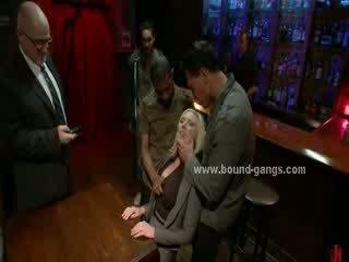 Blondie tvingat till fan bar mates i djupt grov mun fan och grupp anala kön
