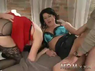 Μαμά ώριμος/η swingers λαμβάνουν turns