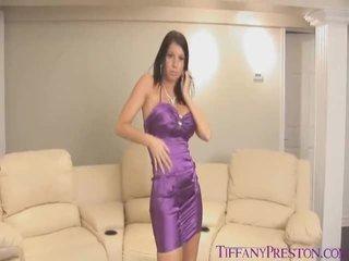 Στριπτίζ strive κοντά με purple σατέν clothe