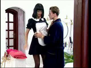 Anita si rambut perang adalah yang seksi pembantu rumah
