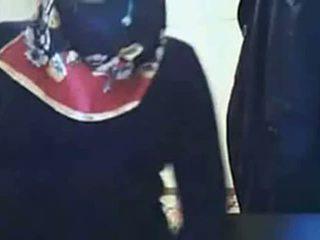 Видео - hijab момиче представяне дупе на уеб камера